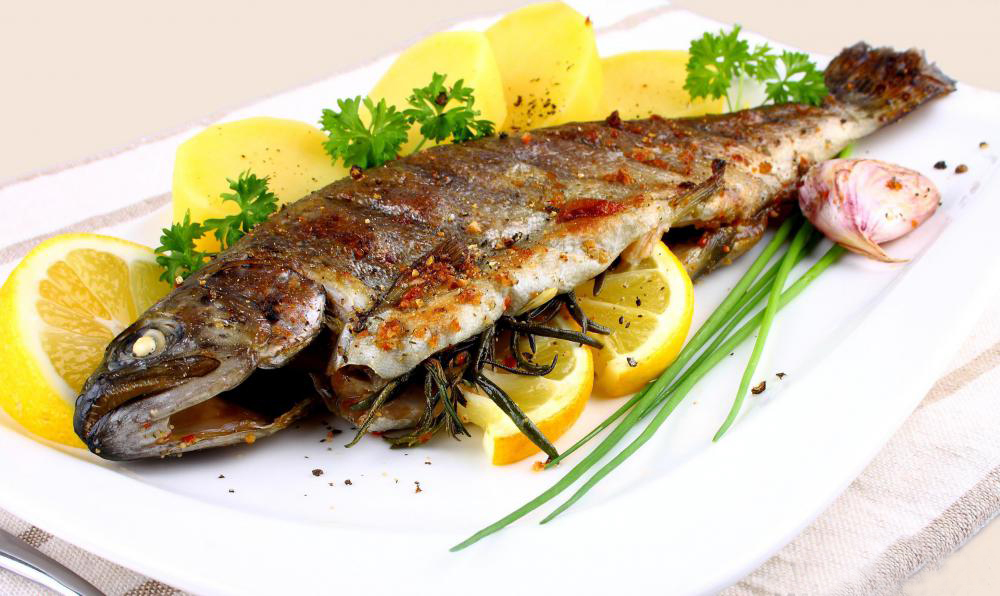 fish-plate-with-lemon-slices